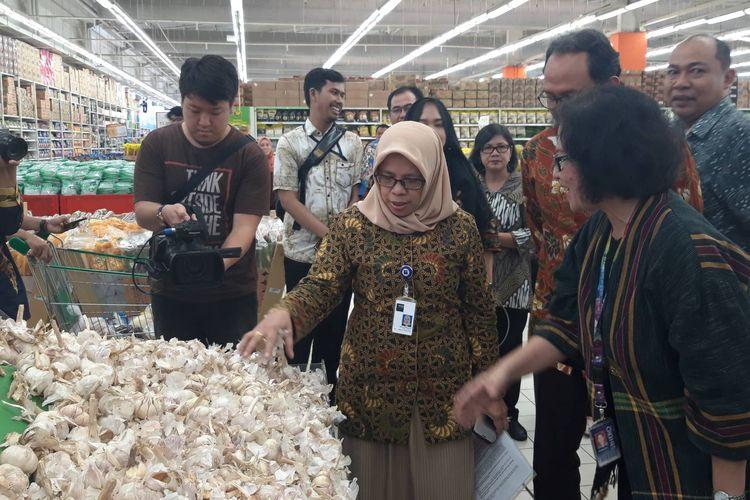 Direktur Jenderal Perdagangan Dalam Negeri Tjahya Widayanti ketika melakukan pemeriksaan harga di kawasan Bintaro, Jumat (10/5/2019).