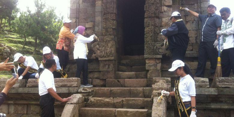 Masyarakat dan Kementerian Pariwisata melakukan Gerakan Bersih Obyek Wisata di Candi Gedongsongo, Kabupaten Semarang, Rabu (12/4/2017).