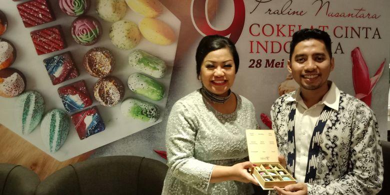 Pendiri Dapur Cokelat Ermey Trisniarty (kiri) bersama Marketing Dapur Cokelat Farid Attar pada peluncuran Cokelat Cinta Indonesia di Plataran Menteng, Jakarta, Senin (28/5/2018).
