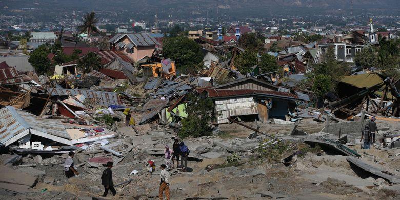Warga dibantu petugas mencari korban gempa bumi Palu di Perumnas Balaroa, Palu, Sulawesi Tengah, Senin (1/10/2018). Gempa bumi dan tsunami di Palu dan Donggala, Sulawesi Tengah mengakibatkan 832 orang meninggal.