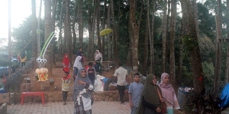 Pengunjung di Puncak Gunung Salak, Kecamatan Nisam Antara, Kabupaten Aceh Utara, Aceh, Kamis (27/12/2018).