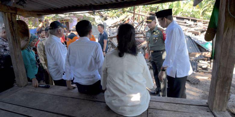 Presiden Joko Widodo bersama Ibu Negara Iriana, didampingi Gubernur NTB TGB Zainul Madji dan Menteri PUPR Basuki Hadimuljono, Senin (30/7/2018), saat meninjau lokasi gempa di Lombok Timur, NTB.