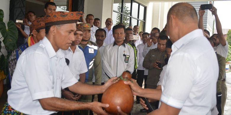 Gubernur NTT, Viktor Bungtilu Laiskodat menerima tawu beris tuak Raja khas Manggarai Raya di depan pintu Kantor Bupati Manggarai, Flores, Rabu (9/1/2019) dalam kunjungan perdananya di Kabupaten tersebut.