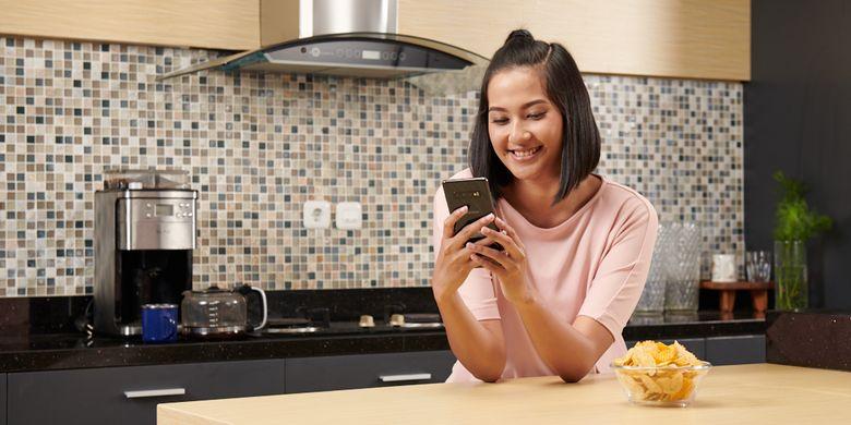 Ilustrasi perempuan sedang berkirim pesan dengan smartphone.