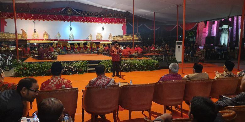 Sekjen DPP PDI-P Hasto Kristiyanto saat menghadiri acara wayangan yang digelar untuk mensyukuri kemenangan Jokowi-Maruf di Tugu Proklamasi, Jakarta, Sabtu (20/7/2019).
