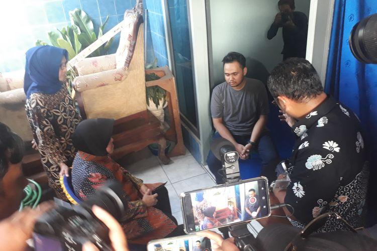 Wali Kota Surabaya, Tri Rismaharini, saat mengunjungi rumah duka petugas KPPS yang meninggal, yakni Sunaryo, di Kelurahan Kapas Madya Barat, Kecamatan Tambaksari, Surabaya, Jawa Timur, Kamis (25/4/2019).