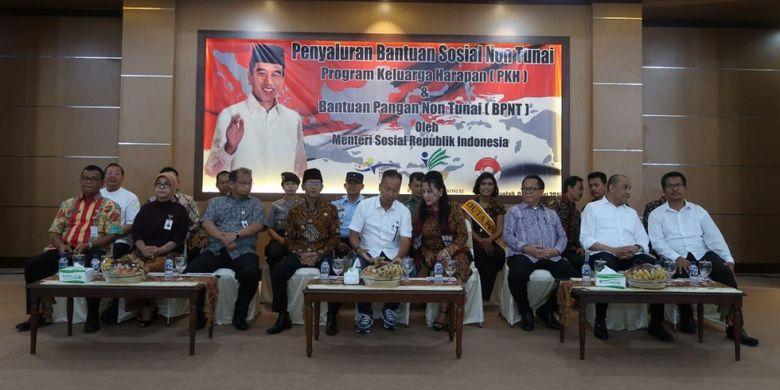 Menteri Sosial RI Agus Gumiwang Kartasasmita menghadiri acara penyaluran Bantuan Pangan Non Tunai (BPNT) kepada Keluarga Penerima Manfaat (KPM) di Asramah Haji Donohudan, Kabupaten Boyolali, Jumat (1/2/2019).
