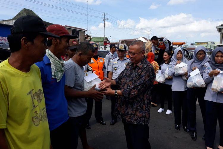 Bupati Bantul, Suharsono (Batik Hitam) di depan Pasar Bantul, Jalan Jenderal Sudirman, Kecamatan Bantul, Kabupaten Bantul, Jumat (31/5/2019).