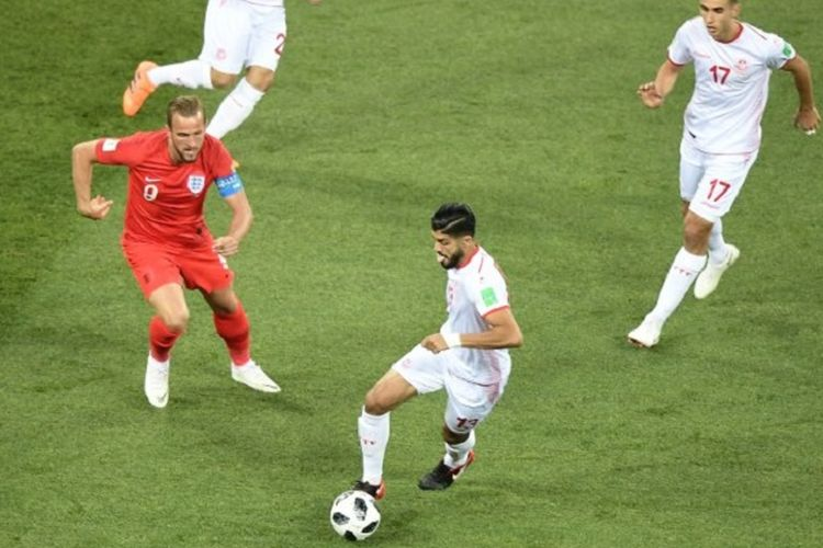 Harry Kane mencoba mengejar bola yang dikuasai Ferjani Sassi pada pertandingan Grup G Piala Dunia 2018 antara Inggris dan Tunisia di Volgograd, 18 Juni 2018.