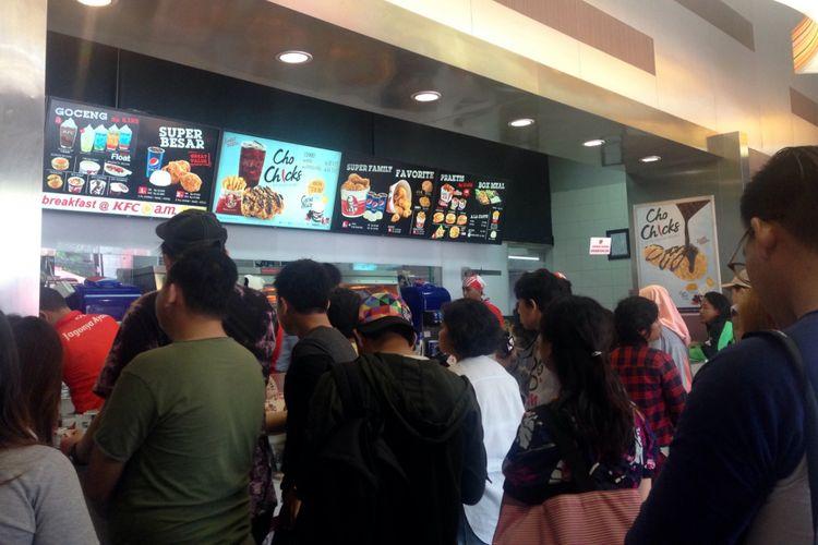 Tamu media dan foodies sedang mengantri untuk mencicipi seporsi menu baru ChoChicks di KFC Kemang. Anda bisa menikmati menu baru ChoChicks diseluruh gerai KFC.