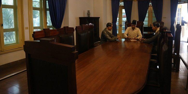 Tiga patung lilin tiruan sosok Soekarno, Hatta dan Ahmad Soebardjo tengah berembuk merumuskan naskah Proklamasi di Museum Perumusan Naskah Proklamasi, Jakarta, Rabu (16/8/2017). Replika itu terletak di lantai pertama Museum Perumusan Naskah Proklamasi.