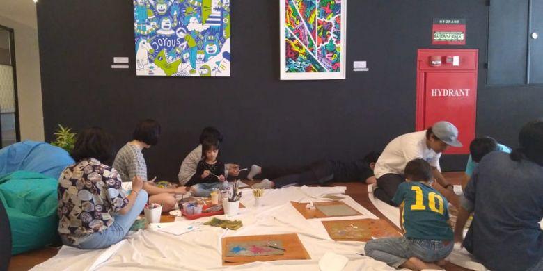 Berbeda dengan hotel lainnya, de Braga by Artotel memiliki art space. Selain untuk memajangkan koleksi seni, tempat ini menjadi ajang interaksi tamu dengan seniman lewat workshop.