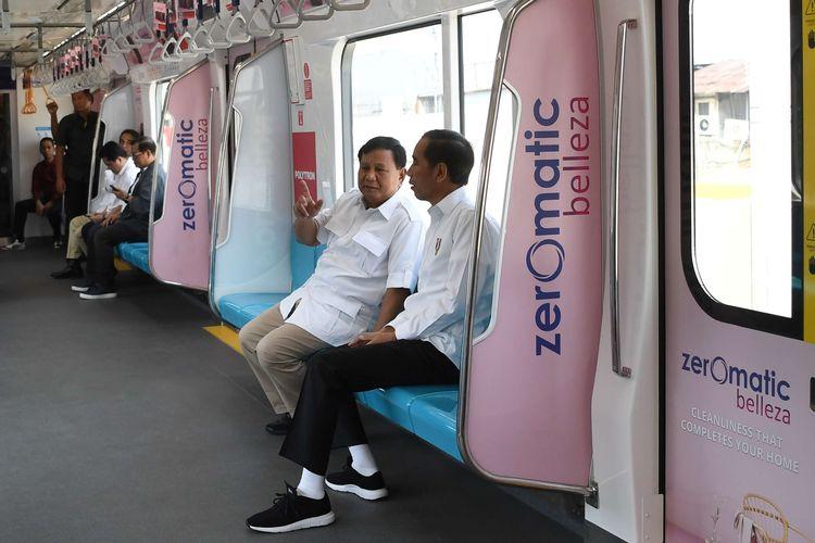 Presiden Joko Widodo (kanan) berbincang dengan Ketua Umum Partai Gerindra Prabowo Subianto (kedua kanan) di dalam gerbong kereta MRT di Jakarta, Sabtu (13/7/2019). Kedua kontestan dalam Pemilihan Umum Presiden dan Wakil Presiden tahun 2019 lalu ini bertemu di Stasiun MRT Lebak Bulus dan selanjutnya naik MRT bersama-sama. ANTARA FOTO/Wahyu Putro A/wsj.