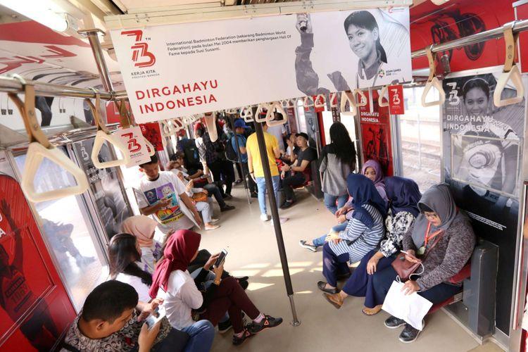 Sejumlah penumpang berada di dalam gerbong tematik dalam perjalanan menuju Stasiun Rawabuntu, Jakarta, Jumat (17/08/2018). PT Kereta Commuter Indonesia (PT KCI), membuat gerbong tematik HUT RI dan Asian Games dalam rangka memperingati hari ulang tahun kemerdekaan ke 73 Republik Indonesia.