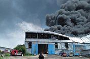 Api di Pabrik Bahan Plastik Belum Bisa Dipadamkan,1 Mobil PMK Terguling