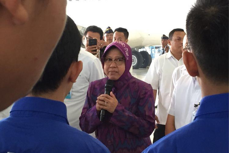 Wali Kota Surabaya Tri Rismaharini memberi pembekalan terhadap 24 pemuda lulusan Akademi Teknik Keselamatan Penerbangan (ATKP) yang diterima bekerja di Garuda Maintenance Facility (GMF) Aero Asia di Bandara Soekarno-Hatta, Rabu (19/7/2017).