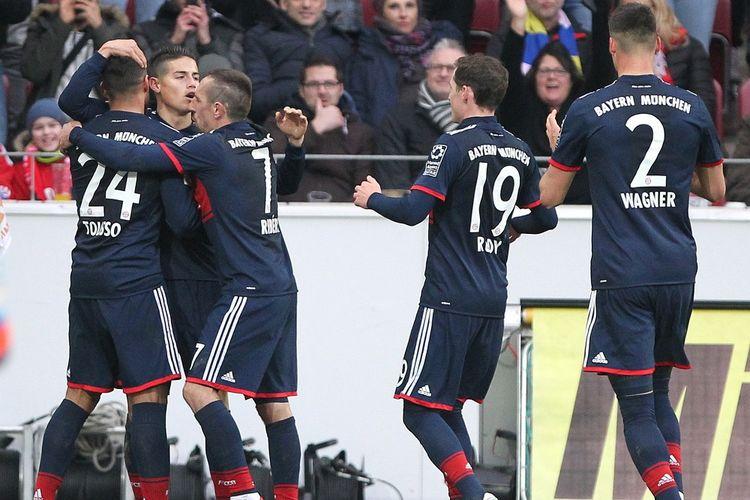 Para pemain Bayern Muenchen merayakan gol James Rodriguez ke gawang Mainz pada pertandingan Bundesliga, Sabtu (3/2/2018).