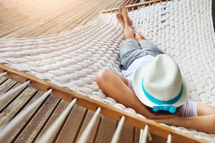 Ilustrasi tidur siang menggunakan hammock
