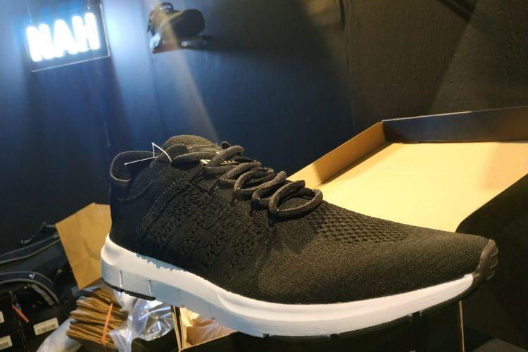 Sneakers NAH seri Yoga Flexnit, salah satu sepatu yang menjadi koleksi Presiden Joko Widodo, tersedia di ajang Urban Sneakers Society (USS) di Pasific Place, Jakarta.