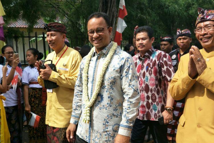 Gubernur DKI Jakarta Anies Baswedan didampingi pengelola Pura Chandra Prabha (kiri-kanan) dan Wakil Wali Kota Jakarta Barat M.Zen dalam menghadiri acara Pesantian dan Geguntangan pada Minggu (11/11/2018).