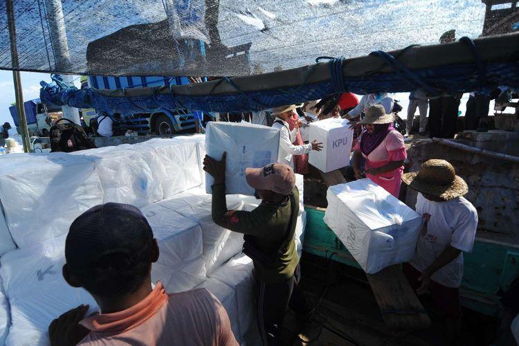 Pekerja memasukkan logistik Pemilu 2019 ke dalam perahu saat akan didistribusikan ke Pulau Gili Genting di Pelabuhan Pagarbatu, Sumenep, Jawa Timur, Rabu (10/4/2019). Delapan dari 4.315 Tempat Pemungutan Suara (TPS) di Kabupaten Sumenep, Jawa Timur, berada di kepulauan.