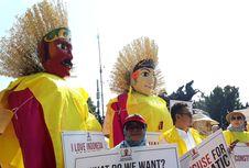 Para Demonstran di Patung Kuda Bawa Ondel-Ondel