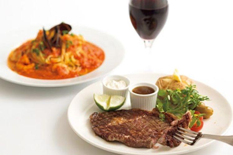 Tersedia steak daging sapi dan hidangan lainnya yang cocok dengan minuman anggur.