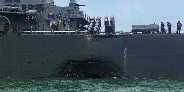 Lubang di lambung kiri kapal perusak AS, USS John S McCain setelah ditabrak kapal tanker berbendera Nigeria.