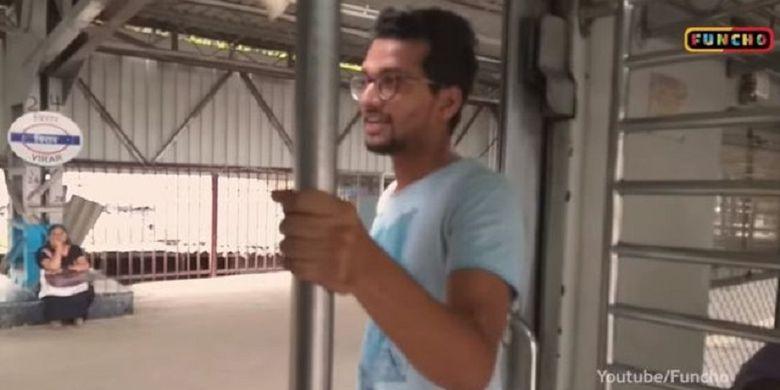 Dalam potongan video, terlihat seorang pria berdiri di depan pintu kereta Mumbai, India, sebelum keluar dan melakukan Kiki Challenge. Demam Kiki Challenge membuat banyak negara mengeluarkan peringatan. Termasuk India.