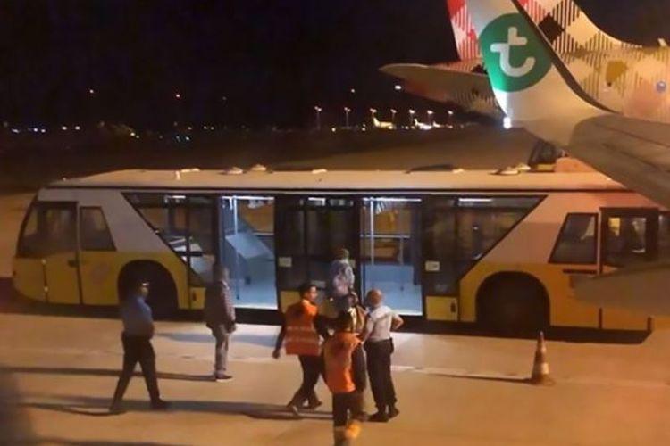 Seorang pria digelandang oleh polisi bandara di Faro, Portugal, menuju bus, setelah membuat penumpang di maskapai Transavia sakit karena bau badannya.(CEN via Daily Mirror)