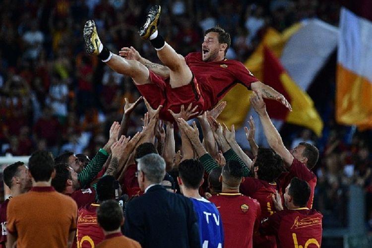 Para pemain AS Roma melempar Francesco Totti ke udara seusai laga kontra Genoa di Stadion Olimpico, Minggu (28/5/2017).