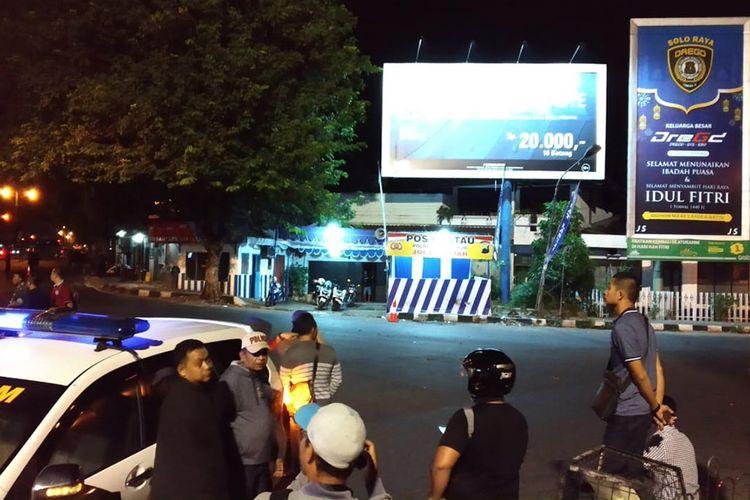 Sejumlah petugas bersiaga di sekitar lokasi dugaan bom bunuh diri di Pos Polisi Kartasura Polres Sukoharjo, tepatnya di Tugu Kartasura, Selasa (4/6/2019) dini hari. Terduga pelaku pembawa bom yang terjadi pada Senin (3/6/2019) malam tersebut kritis dan masih mendapat perawatan medis.