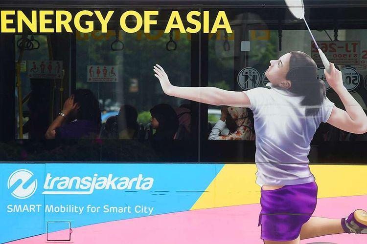 Bus Transjakarta berhias tema Asian Games 2018 melintas di Jalan Jenderal Sudirman Jakarta, Kamis (7/6/2018). Ornamen, hiasan, dan mural bertema Asian Games mewarnai Jakarta dari pusat kota hingga pelosok perkampungan guna menyambut pesta olahraga terbesar Asia yang akan digelar pada 18 Agustus hingga 2 September 2018 tersebut.
