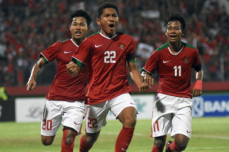 Pesepak bola Indonesia Muhammad Fajar Fathur Rachman (tengah) dan rekan setimnya melakukan selebrasi usai mencetak gol ke gawang Thailand dalam pertandingan final Piala AFF U-16 di Stadion Gelora Delta Sidoarjo, Jawa Timur, Sabtu (11/8/2018). Timnas U-16 Indonesia keluar sebagai juara Piala AFF U-16 2018 setelah mengalahkan Thailand lewat babak adu penalti dengan skor 4-3
