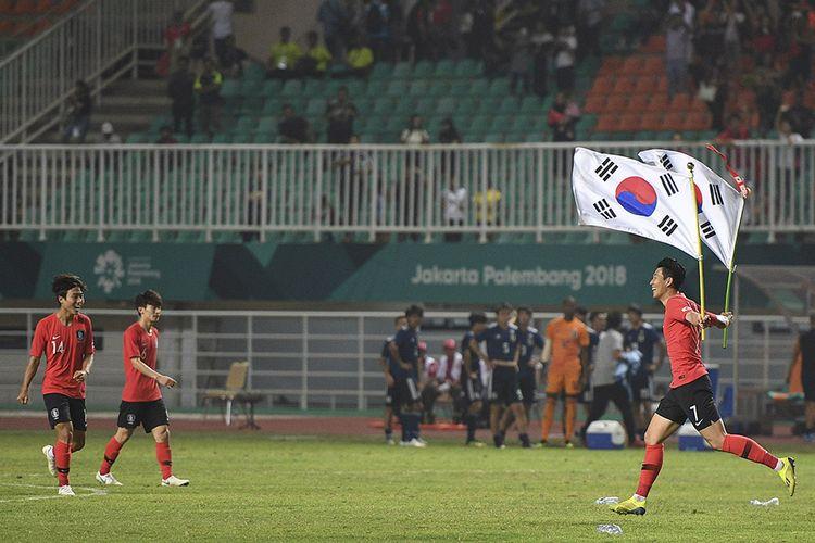 Selebrasi pesepak bola Korea Selatan Heung Min Son (kanan) seusai memenangkan pertandingan melawan tim sepak bola Jepang pada final sepak bola Asian Games 2018 di Stadion Pakan Sari Bogor, Jawa Barat, Sabtu (1/9/2018). Korea Selatan berhak atas medali emas setelah berhasil menundukkan Jepang dengan skor 2-1.