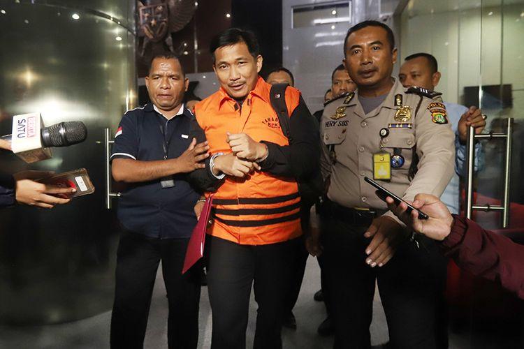Anggota DPR Fraksi Golkar Bowo Sidik Pangarso (tengah) dibawa ke mobil tahanan usai menjalani pemeriksaan di Gedung KPK, Jakarta, Kamis (28/3/2019). KPK melakukan operasi tangkap tangan (OTT) Bowo Sidik Pangarso dengan barang bukti uang senilai Rp 8 miliar yang dibagi dalam 84 kardus atau 400 ribu amplop dengan pecahan Rp 20 ribu dan Rp 50 ribu, diduga untuk suap pelaksanaan kerja sama Pengangkutan Bidang Pelayaran antara PT Pupuk Indonesia Logistik (PILOG) dan PT Humpuss Transportasi Kimia (HTK).