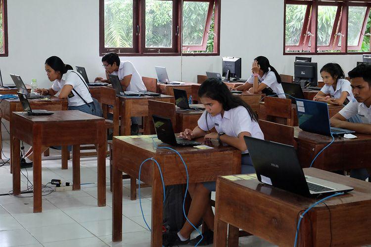 Sejumlah siswa SMA Negeri 4 Medan berada diantara sejumlah bangku yang kosong saat saat mengikuti Ujian Nasional Berbasis Komputer (UNBK) hari pertama, di Medan, Sumatera Utara, Senin (1/4/2019) sore. Sedikitnya 200 siswa di sekolah tersebut tidak dapat mengikuti ujian soal Bahasa Indonesia pada hari pertama UNBK karena jaringan komputer terserang virus.