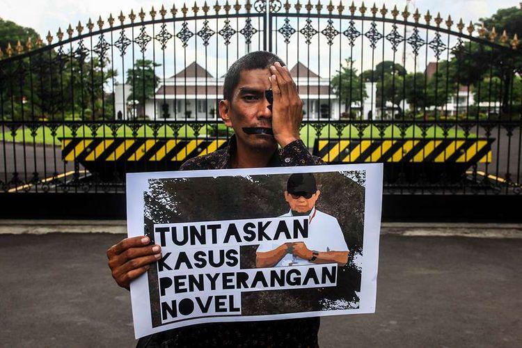 Aktivis yang tergabung dalam Koalisi Masyarakat Sipil Antikorupsi Yogya melakukan aksi damai di depan Gedung Agung, Yogyakarta, Kamis (11/4/2019). Mereka menuntut presiden untuk membentuk tim gabungan pencari fakta yang independen untuk mengungkap kasus penyerangan Novel Baswedan.