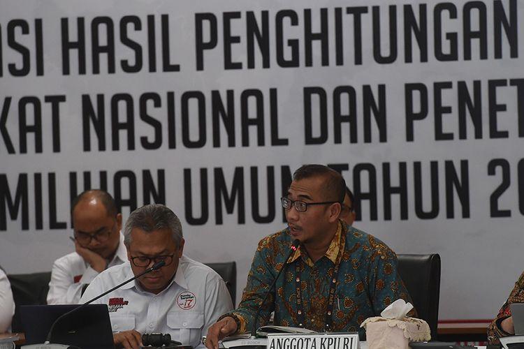 Anggota Kpu Hasyim Asyari Kanan Bersama Ketua Kpu Arief Budiman Kiri Memimpin