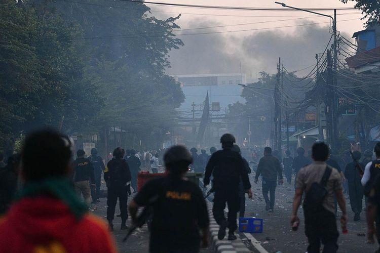 Bentrok antara polisi dan massa aksi di Jalan KS Tubun, Jakarta, Rabu (22/5/2019). Bentok terjadi setelah massa dipukul mundur dari kericuhan di Tanah Abang, Jakarta Pusat, Selasa (21/5/2019) malam.