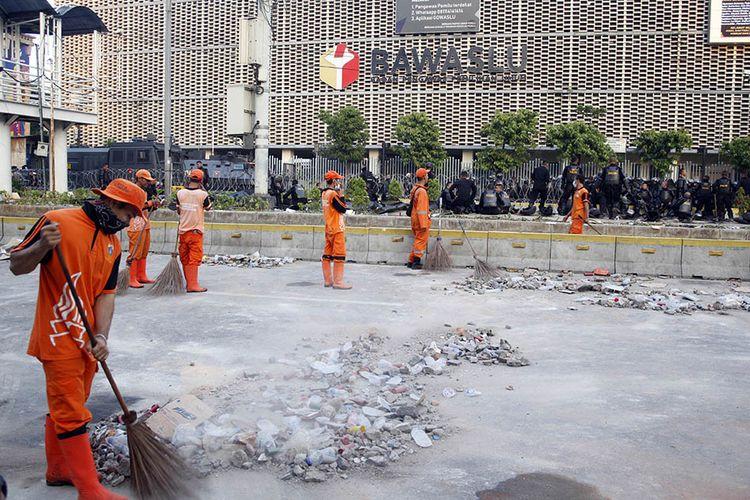 Petugas Penanganan Prasarana dan Sarana Umum (PPSU) membersihkan sisa puing-puing pasca kerusuhan di kawasan Jalan MH Thamrin, Jakarta, Kamis (23/5/2019). Aksi unjuk rasa berujung ricuh terkait penetapan hasil rekapitulasi suara Pemilu 2019 oleh KPU terjadi di depan Kantor Bawaslu, berlangsung dari Selasa (21/5/2019) siang dan berlanjut hingga Rabu.