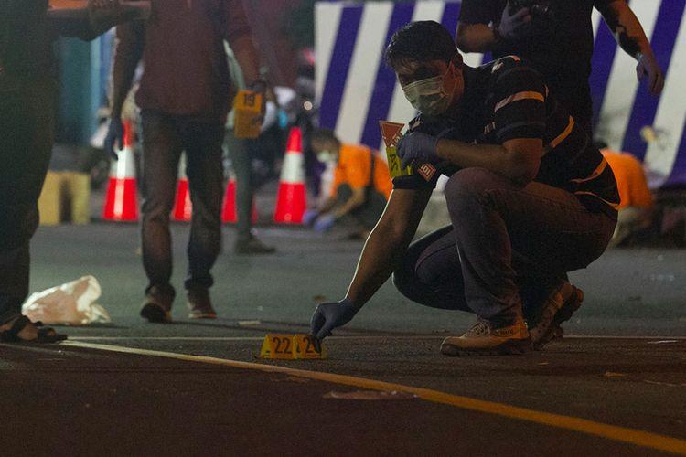 Tim Inafis Polres Sukoharjo melakukan olah tempat kejadian perkara ledakan di Pospam Tugu Kartasura, Sukoharjo, Jawa Tengah, Selasa (4/6/2019). Terduga pelaku pembawa bom yang terjadi pada Senin (3/6/2019) malam tersebut kritis dan masih mendapat perawatan medis.