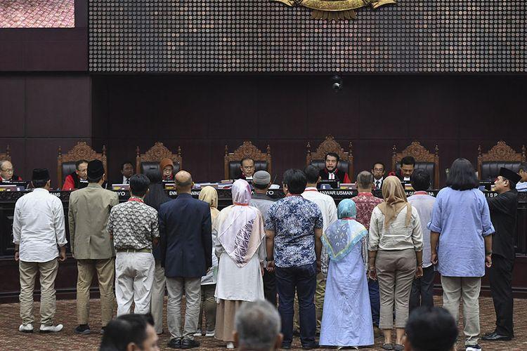 Sejumlah saksi dari pihak pemohon diambil sumpahnya  saat sidang Perselisihan Hasil Pemilihan Umum (PHPU) presiden dan wakil presiden di Gedung Mahkamah Konstitusi, Jakarta, Rabu (19/6/2019). Sidang tersebut beragendakan mendengarkan keterangan saksi dan ahli dari pihak pemohon.