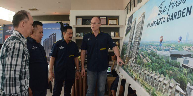 GM Sales & Marketing Jakarta Garden City, Hyronimus Yohanes bersama Direktur Jakarta Garden City, Herman Goh, dan Direktur Utama PT Mitra Sindo Sukses, Sami Miettinen, sedang mengamati maket Cleon Park Apartment di Jakarta Garden City, Senin (21/5/2018).