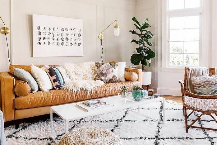 Pemilihan bantal untuk sofa kulit berwarna cerah.