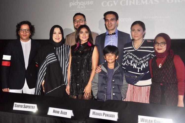 Para pemain bersama sutradara dan produser film Silam.