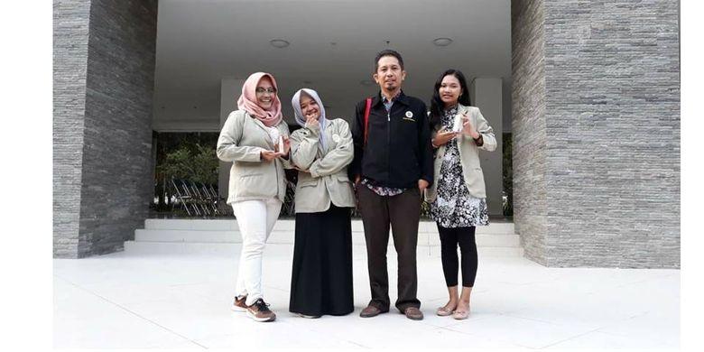 Tiga mahasiswa UGM yang memformulasikan saliva buatan berbahan lendir lele untuk perawatan mulut kering beserta dosen pembimbing.