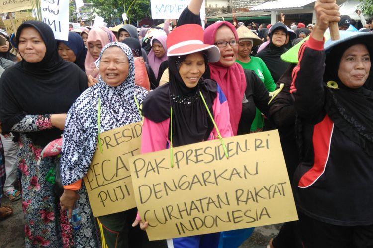 Para perempuan yang turut berpartisipasi dalam aksi nelayan Lamongan menolak aturan penggunaan cantrang.