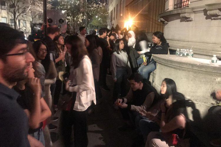 Sabtu (13/4/2019) malam, masih panjang deretan warga Indonesia yang hendak memberikan hak suaranya dalam Pemilu 2019. Mereka mengular di jalan 68th street, antara Fifth Avenue dan Madison Avenue, di mana gedung KJRI New York berdiri di Manhattan.