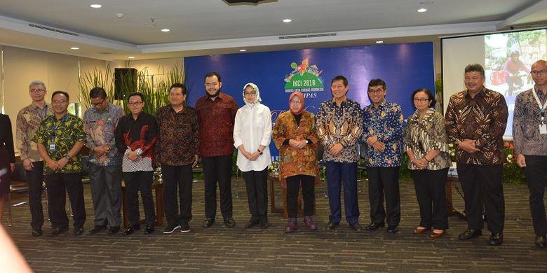 Para Wali Kota dari masing-masing daerah yang masuk dalam kategori Kota Cerdas dalam acara penganugerahan Kota Cerdas IKCI 2018, sedang berpose bersama pimpinan Kompas Gramedia di Gedung Kompas Gramedia, Jakarta, Rabu (9/1/2019)